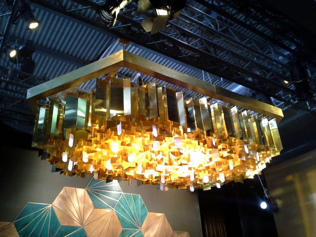 Złota lampa z wielu metalowych blaszek