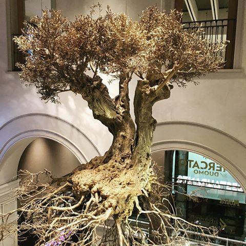 Podwieszana rzeźba w postaci drzewka