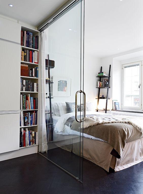 Sypialnia oddzielona szklanymi drzwiami od salonu