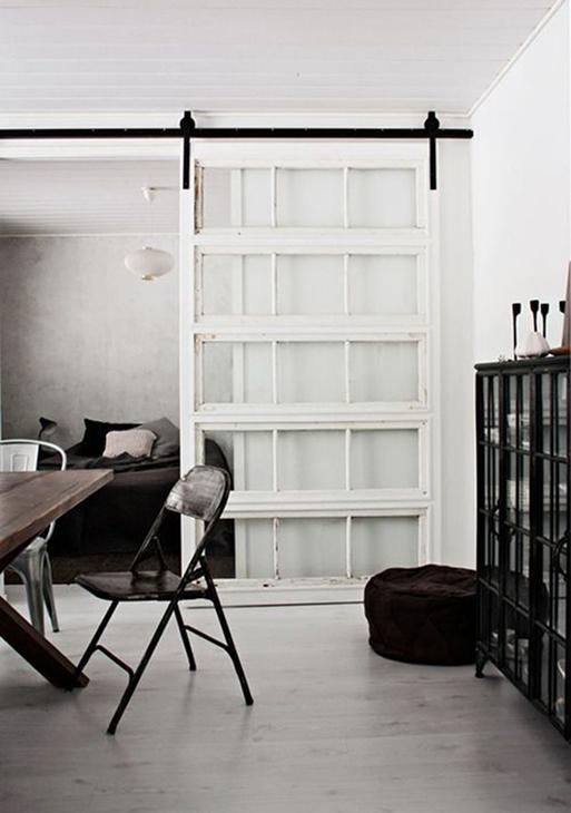 Przesuwne białe oszklone drzwi