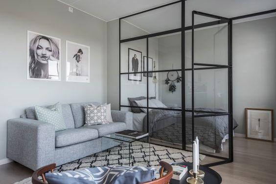 Salon z sypialnią odzielony szklaną ścianą