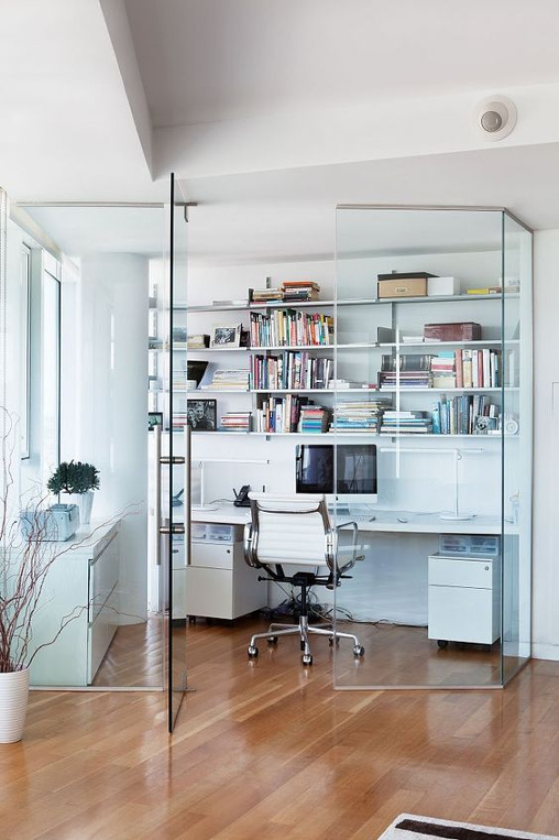 Biuro wydzielone szybą od salonu