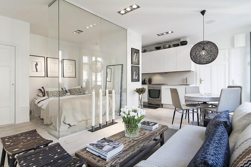Małe mieszkanie wydzielone za pomocą szklanej tafli