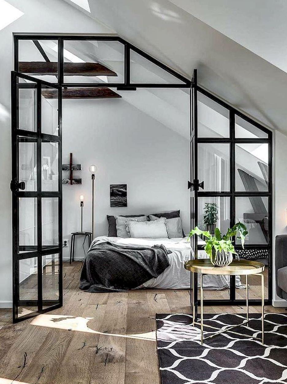 Salon oddzielony od sypialni za pomocą szklanych drzwi