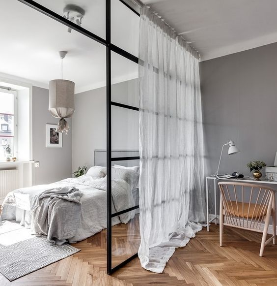 Szklana sypialnia wydzielona od biura