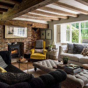 Rustykalno angielski salon z belkami stropowymi i cegłą
