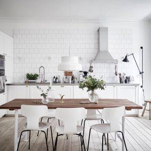 Skandynawska kuchnia biel, drewno i biała cegła