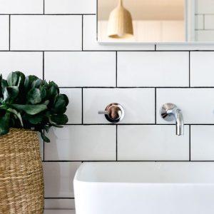 Skandynawski kran i łazienka w stylu modernistycznym