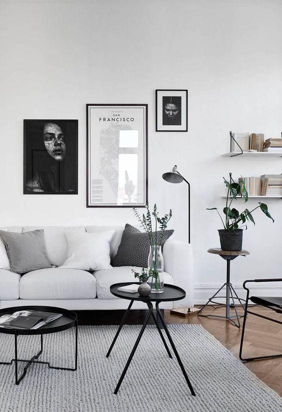 Biało szary salon z grafikami