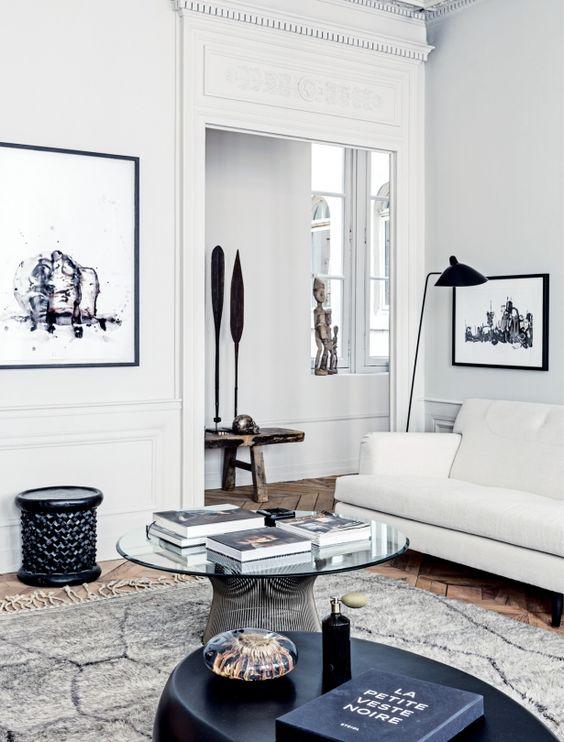 Obrazy i rzeźby w salonie