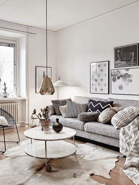 Złota lampa w skandynawskim salonie