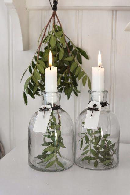 Świeczniki ze słoików z roślinami w środku