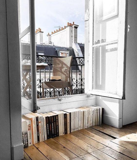 Książki przy oknie