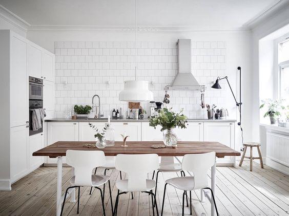 Biała kuchnia z drewnianym stołem