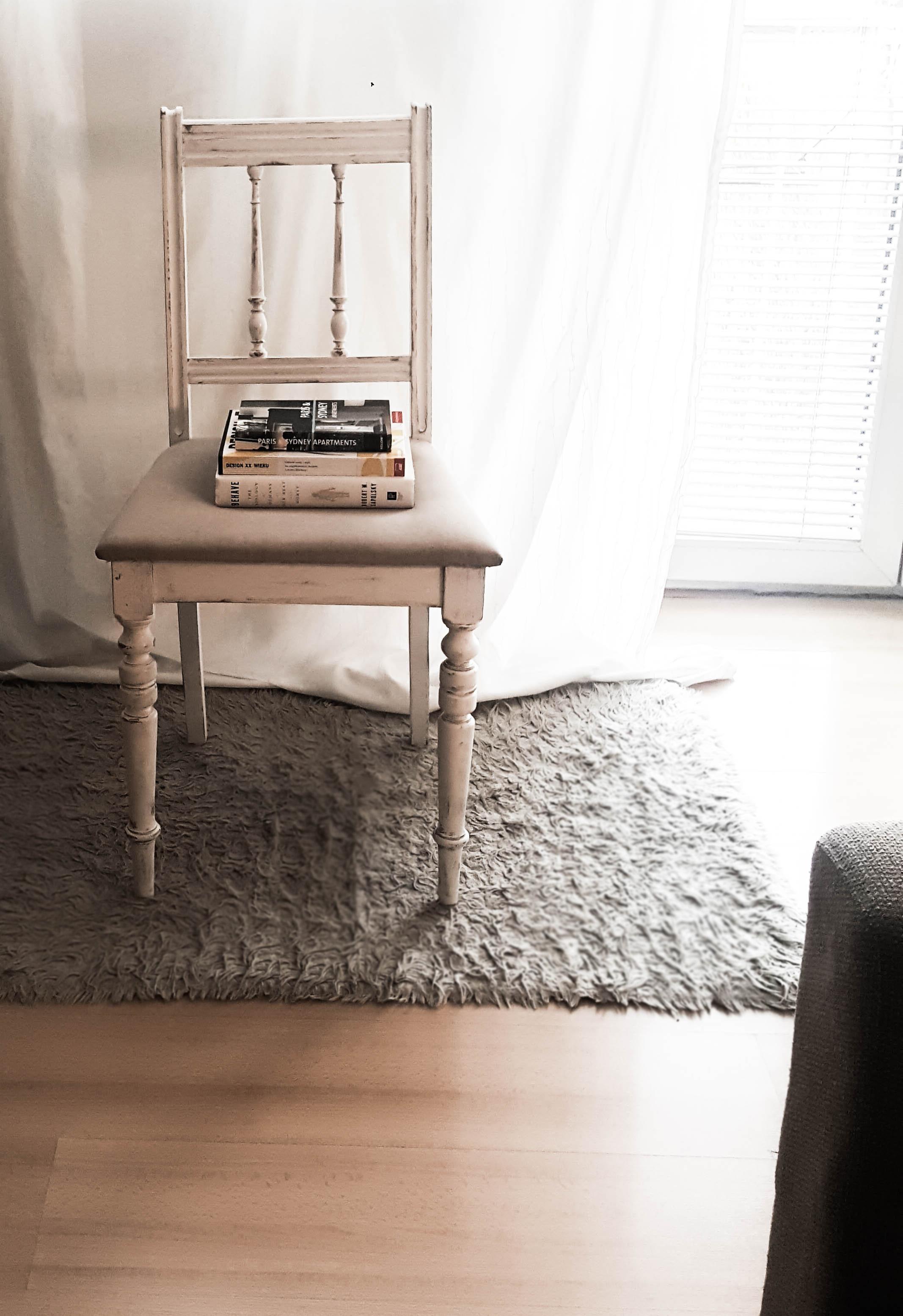 Renowacja białego krzesła