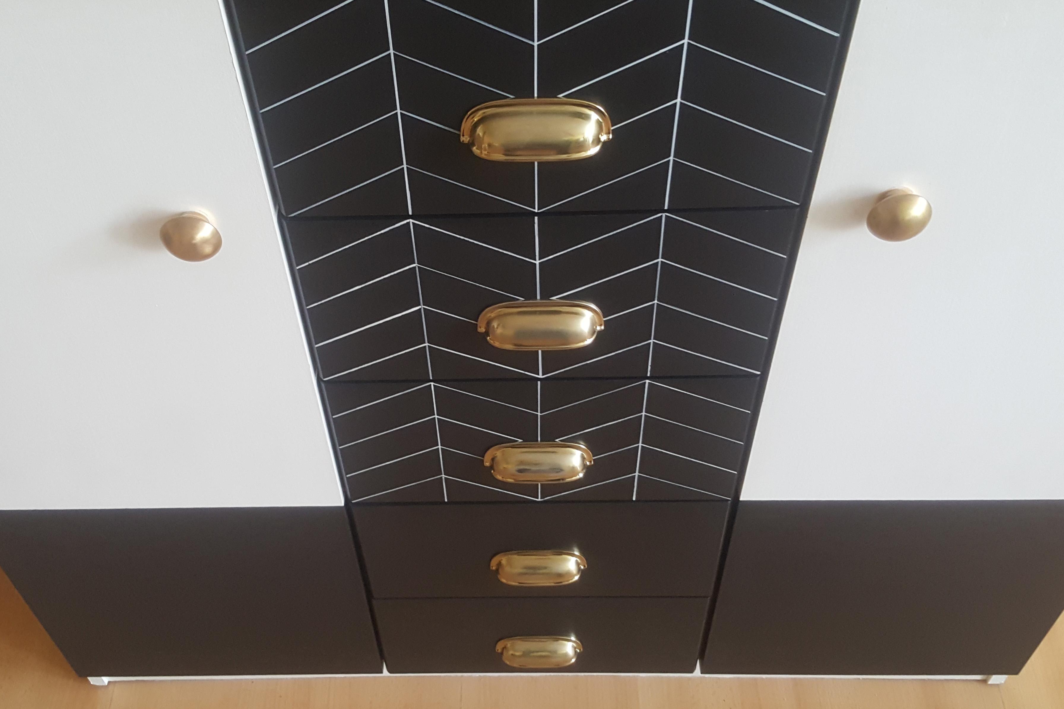 Metamorfoza komody ze złotymi gałkami