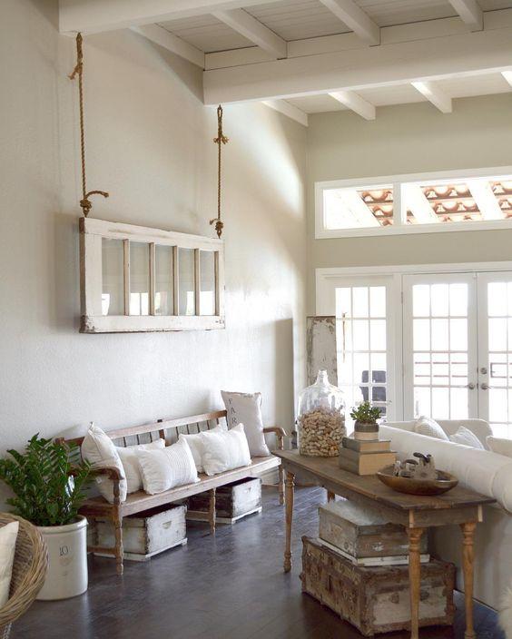 Drzwi zawieszone na linach nad kanapą