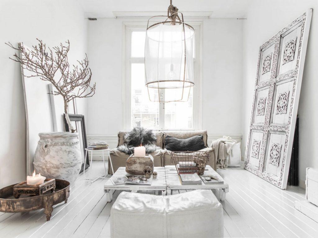 Salon z dekoracyjnymi drzwiami