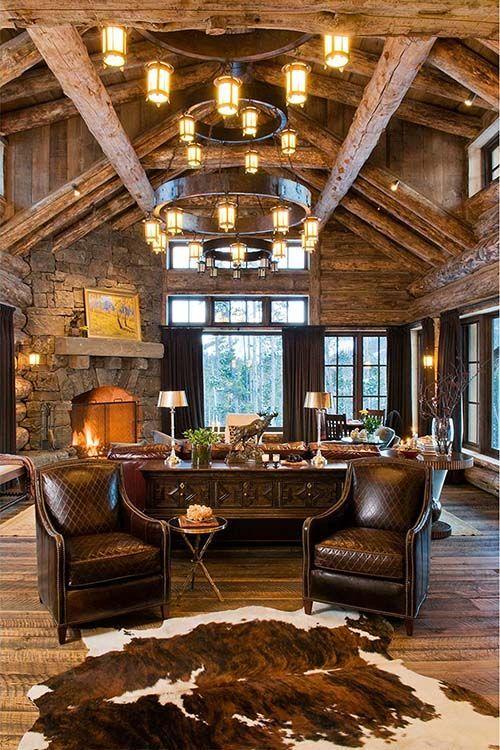 Wysokie wnętrza z belkami z jasnego drewna