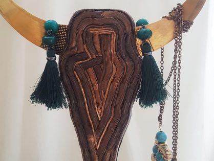 Współczesna figurka dekoracyjna na komodę