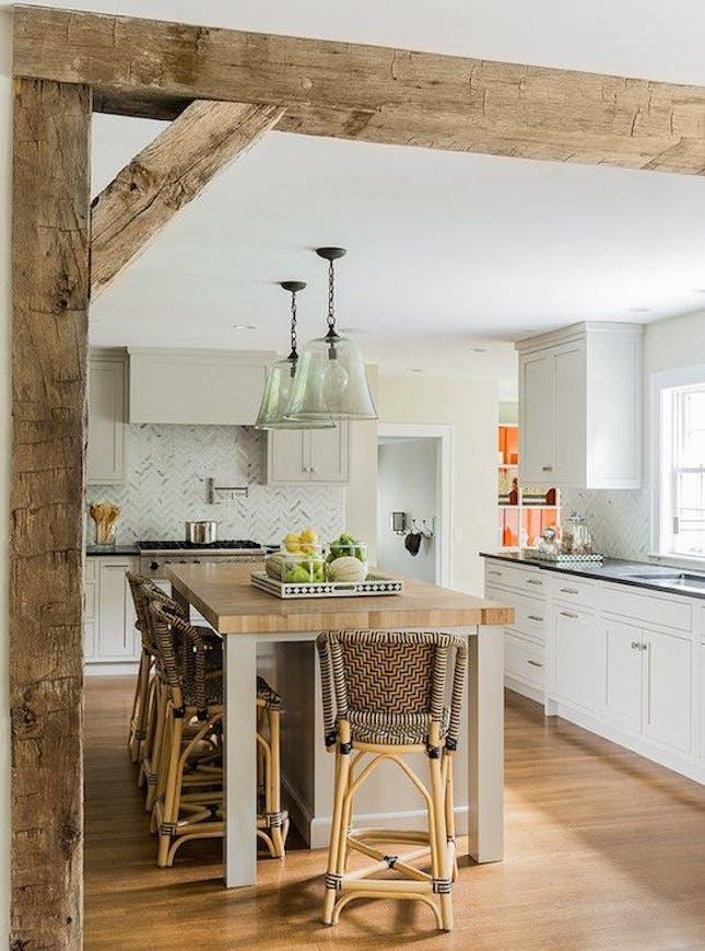 Belki stropowe w angielskiej kuchni