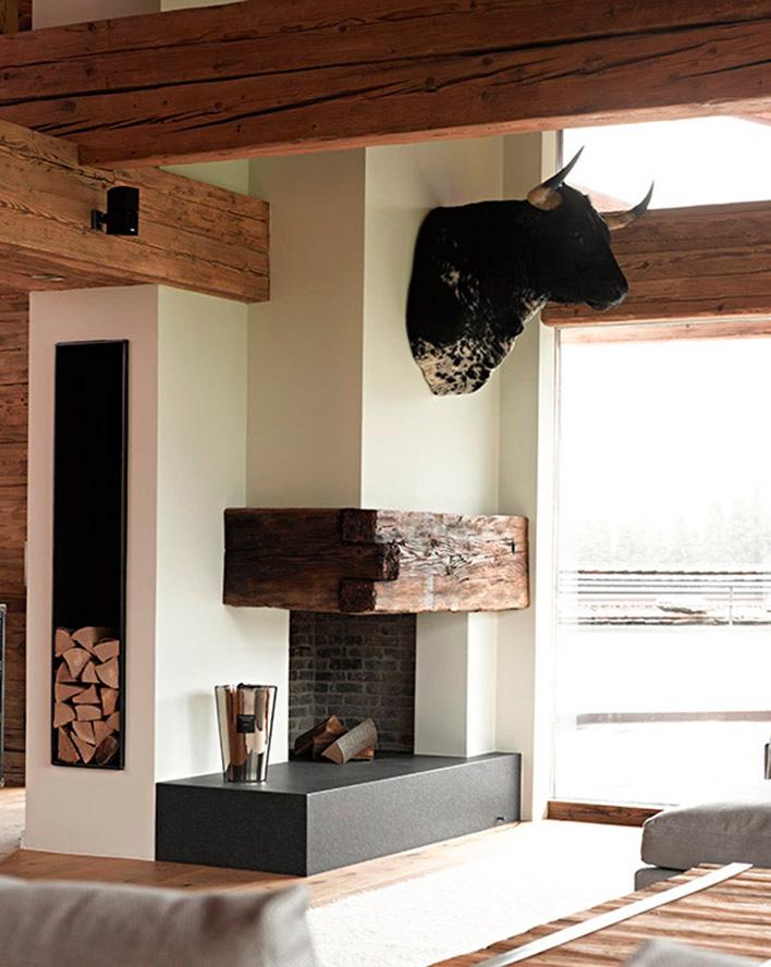 Biały salon z kominkiem i belkami z drewna