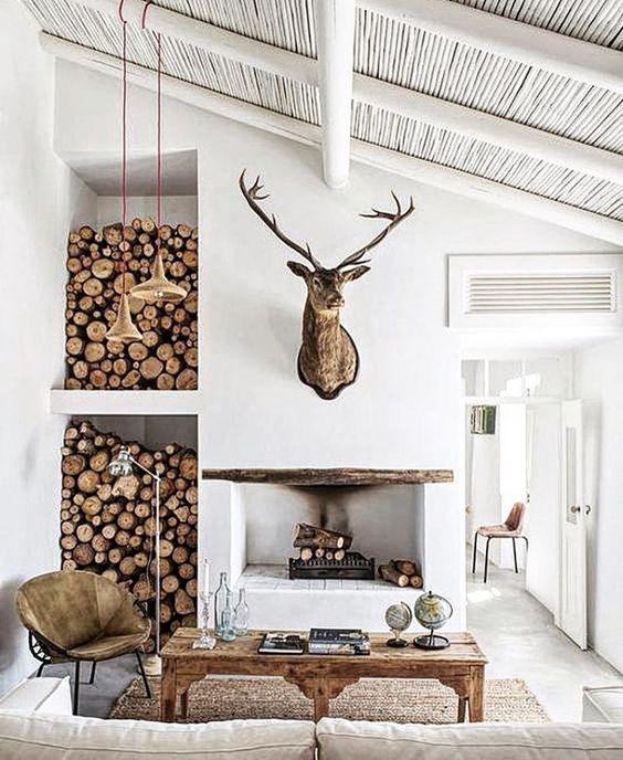 Głowa jelenia na kominku