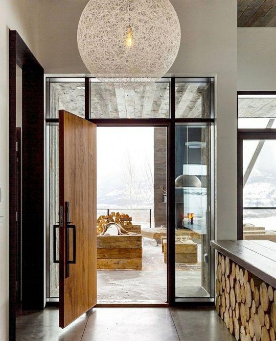 Kawałki pociętego drewna w nowoczesnym apartamencie
