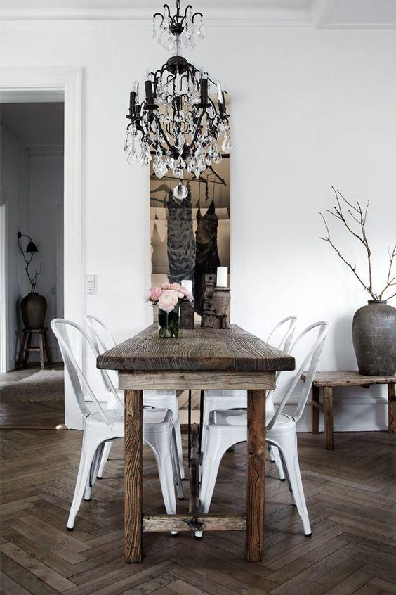 Rustykalny stół w eklektycznym wnętrzu