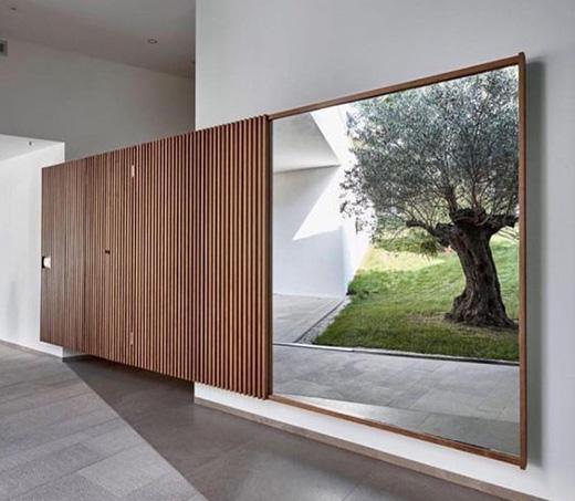 Duże lustra do pokoju odbijające ogród