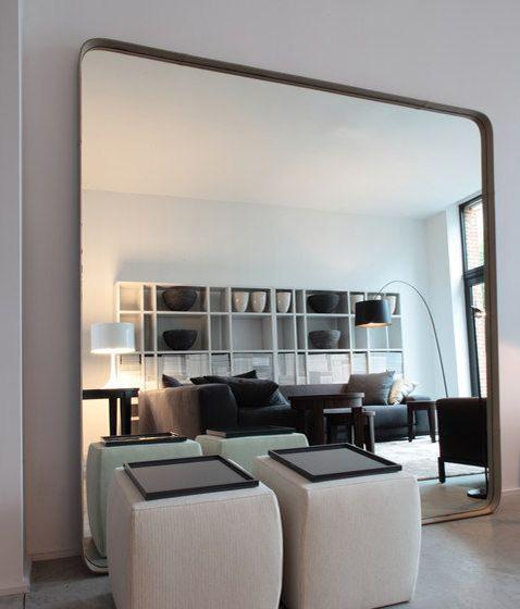 Duże lustro w salonie