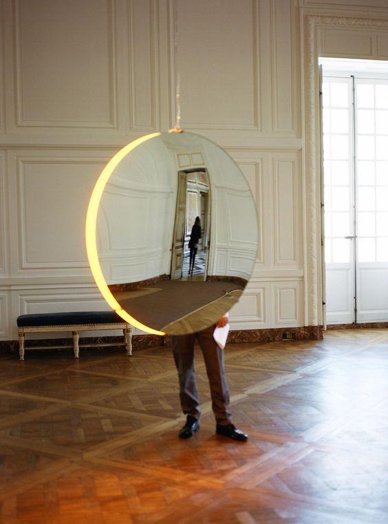 Okrągłe lustro zawieszone na łańcuchu
