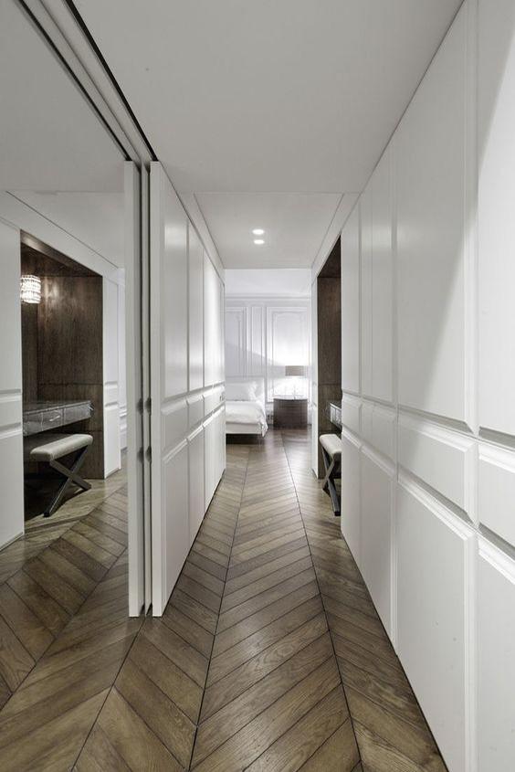 Wąski korytarz z wnęką odbijającą się w zwierciadle