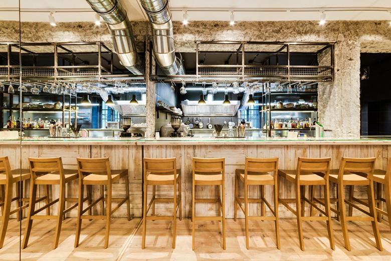 Lustro na całą ścianę w Cafe bistro bar le chef