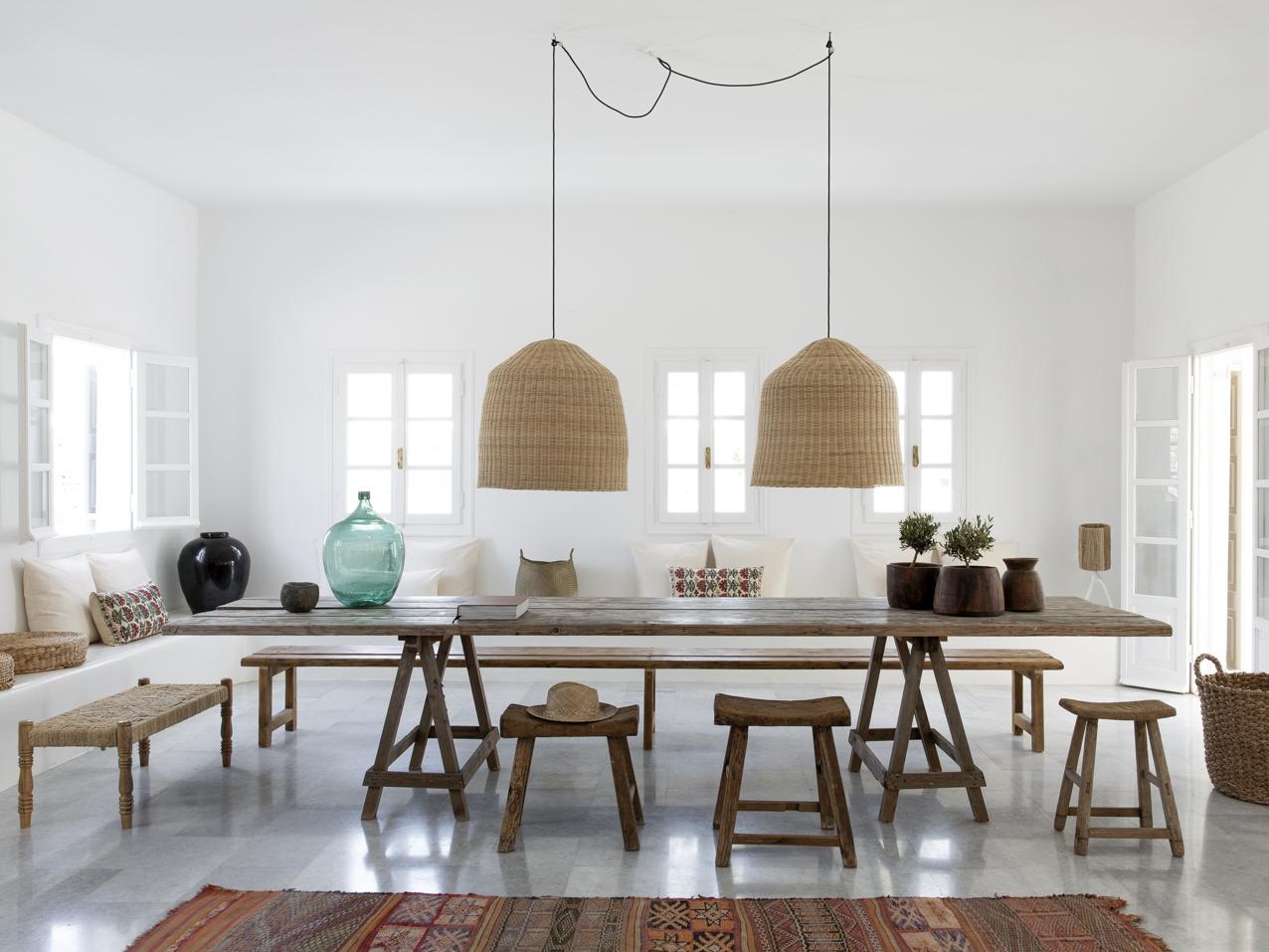 Wiklinowe lampy nad stołem w jadalni