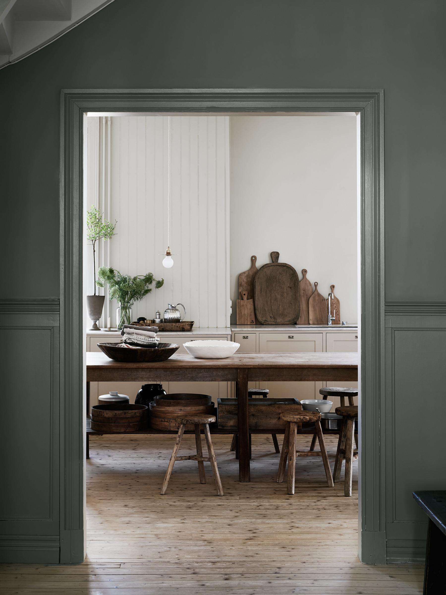 Kuchnia z dużym drewnianym stołem