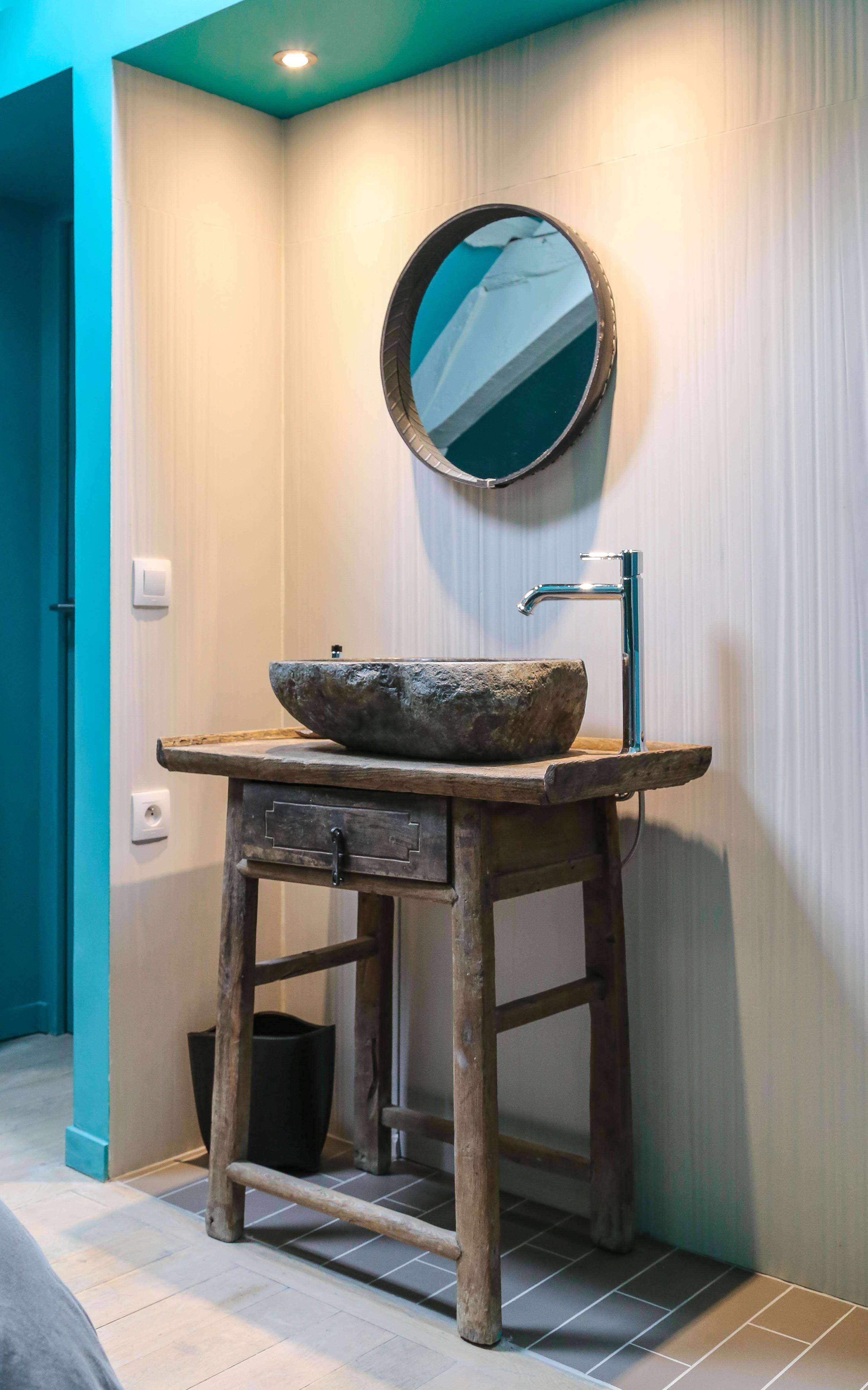 Umywalka z drewna w łazience
