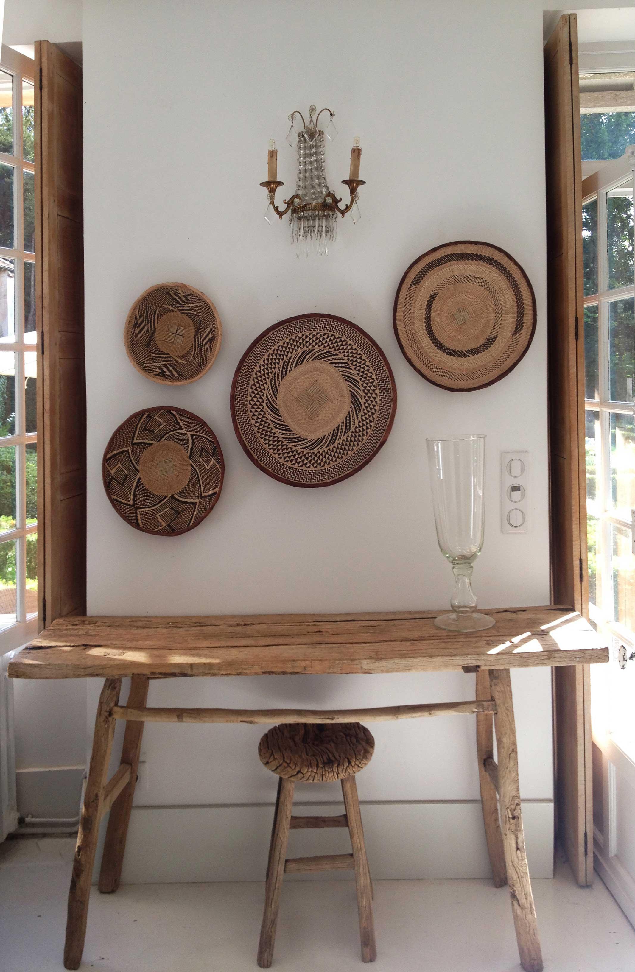 Stary drewniany stół i taboret