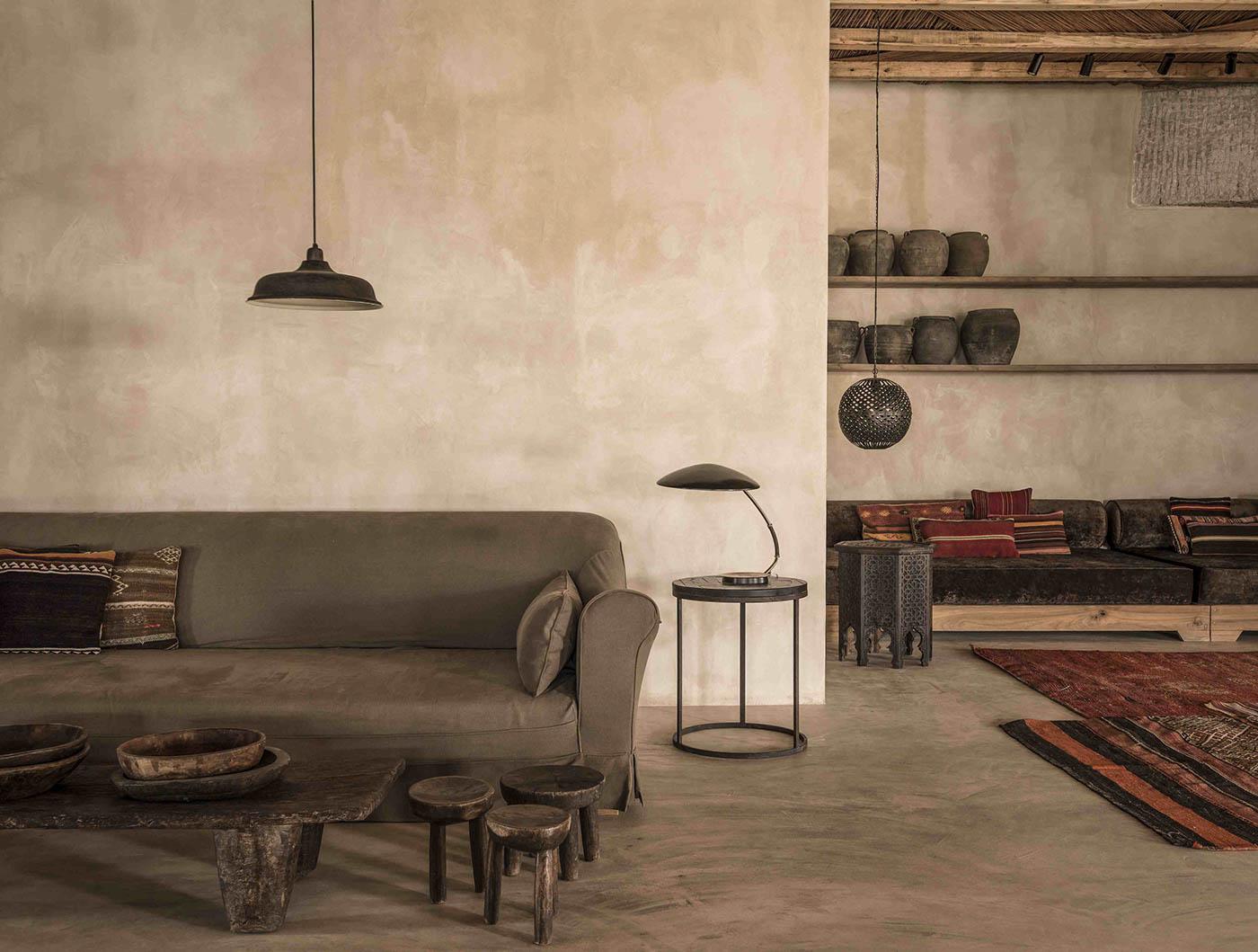 Ciemny salon z drewnianymi dodatkami