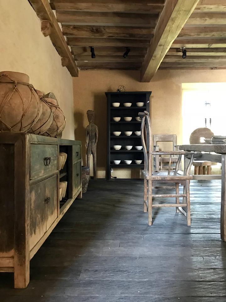 Etniczny salon z belkami stropowymi