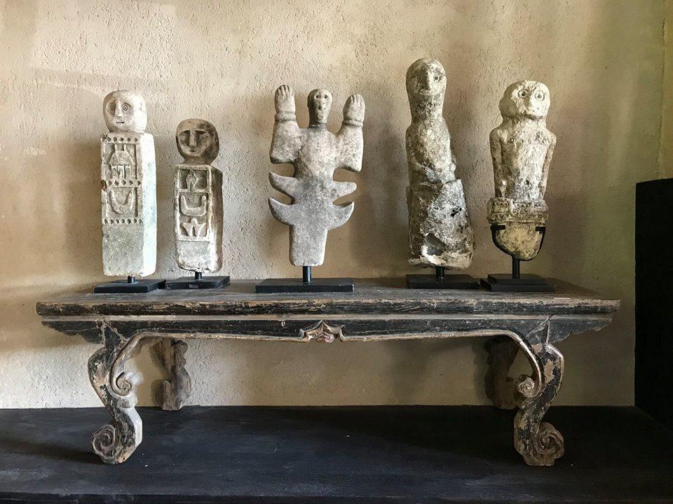 Egzotyczna ława i figurki z drewna i kamienia