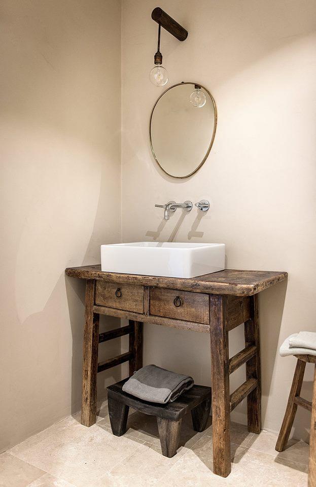 Drewniana stara szafka pod umywalkę