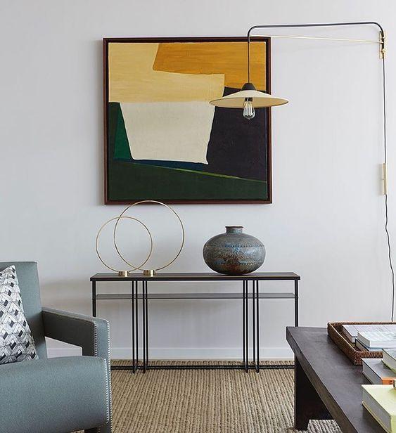Współczesny salon z abstrakcyjnym malarstwem
