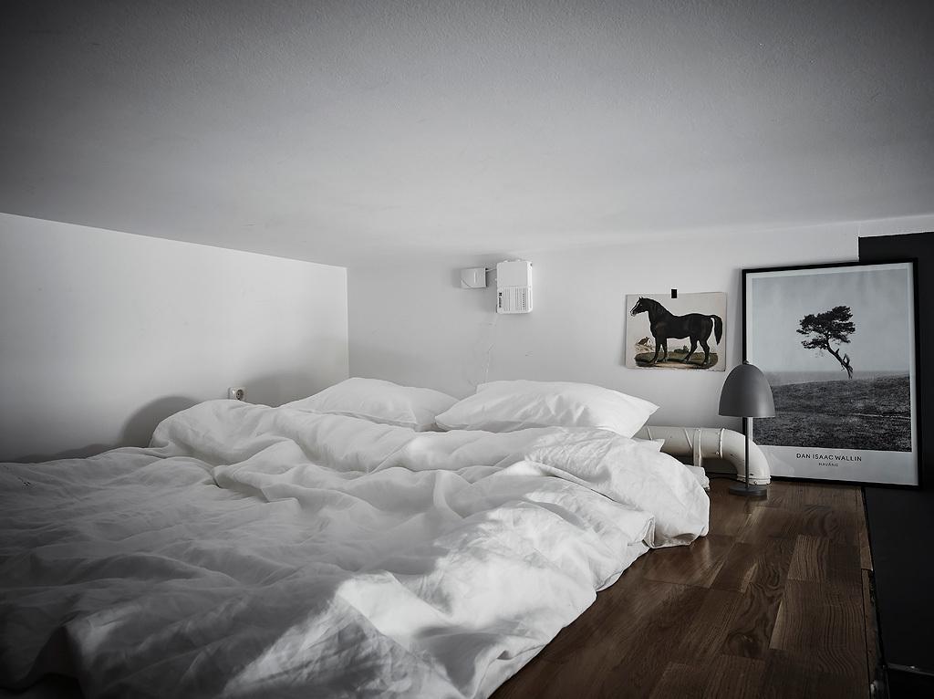 Sypialnia na antresoli w niskim mieszkaniu