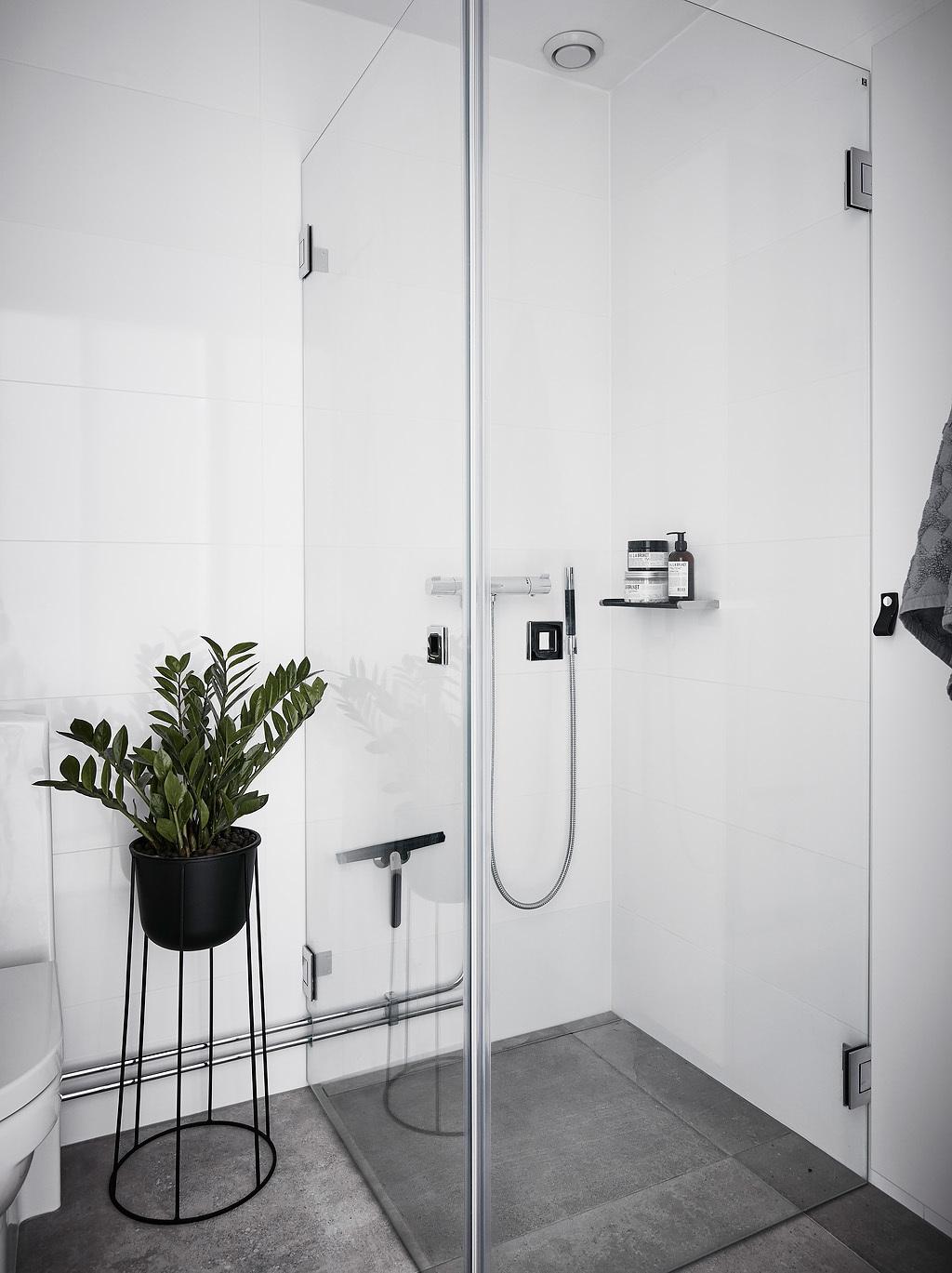 Szklany prysznic w małej łazience