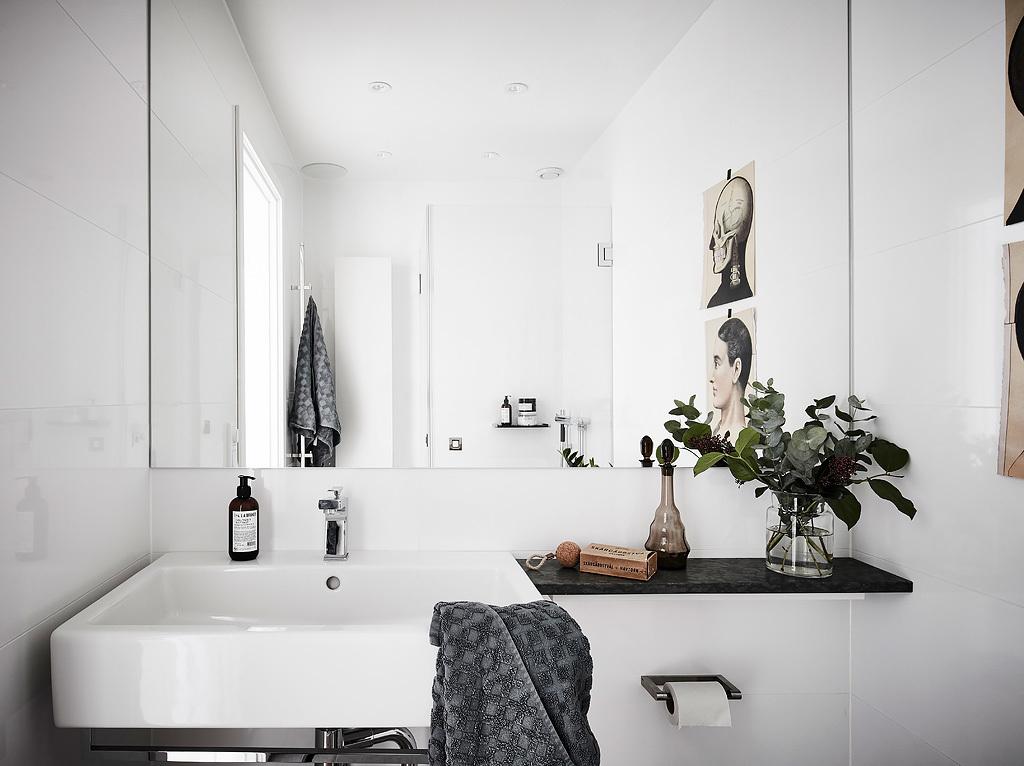 Mała biała łazienka