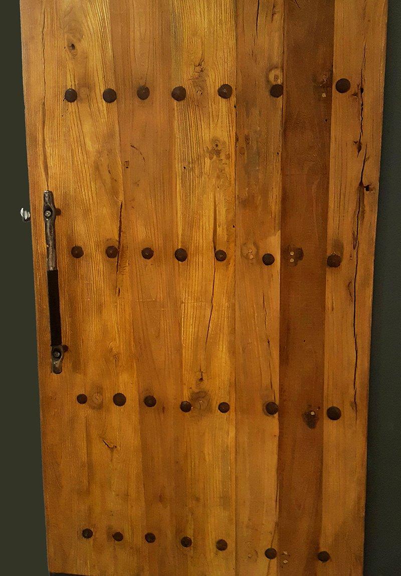 Ciężkie drzwi z drewna i metalu