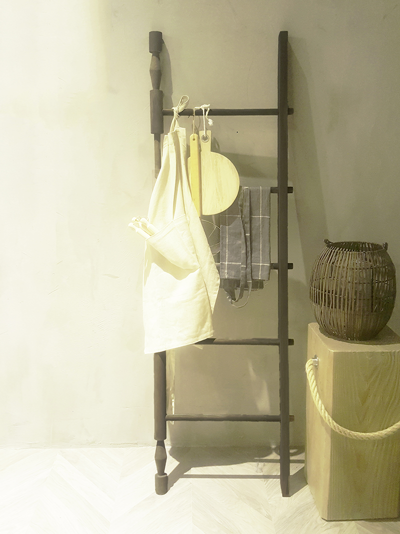 Rzeźbiona ozdobna drabina w kuchni