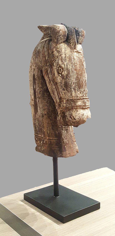 Rzeźbiona w drewnie figurka dekoracyjna koń