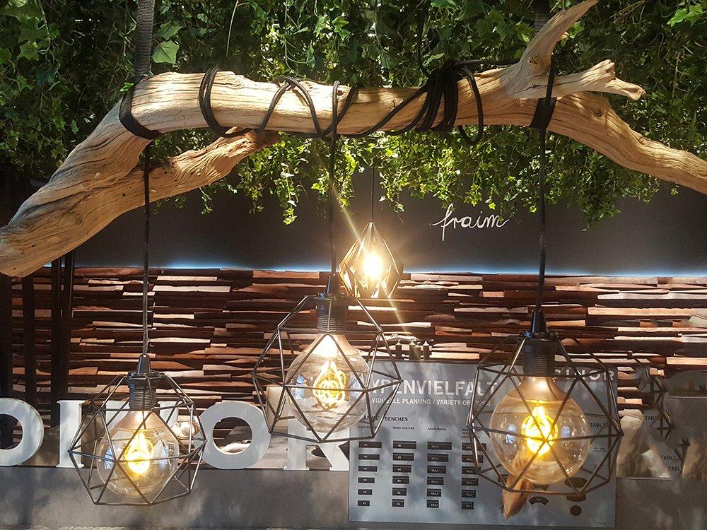 Rustykalna lampa na gałęzi